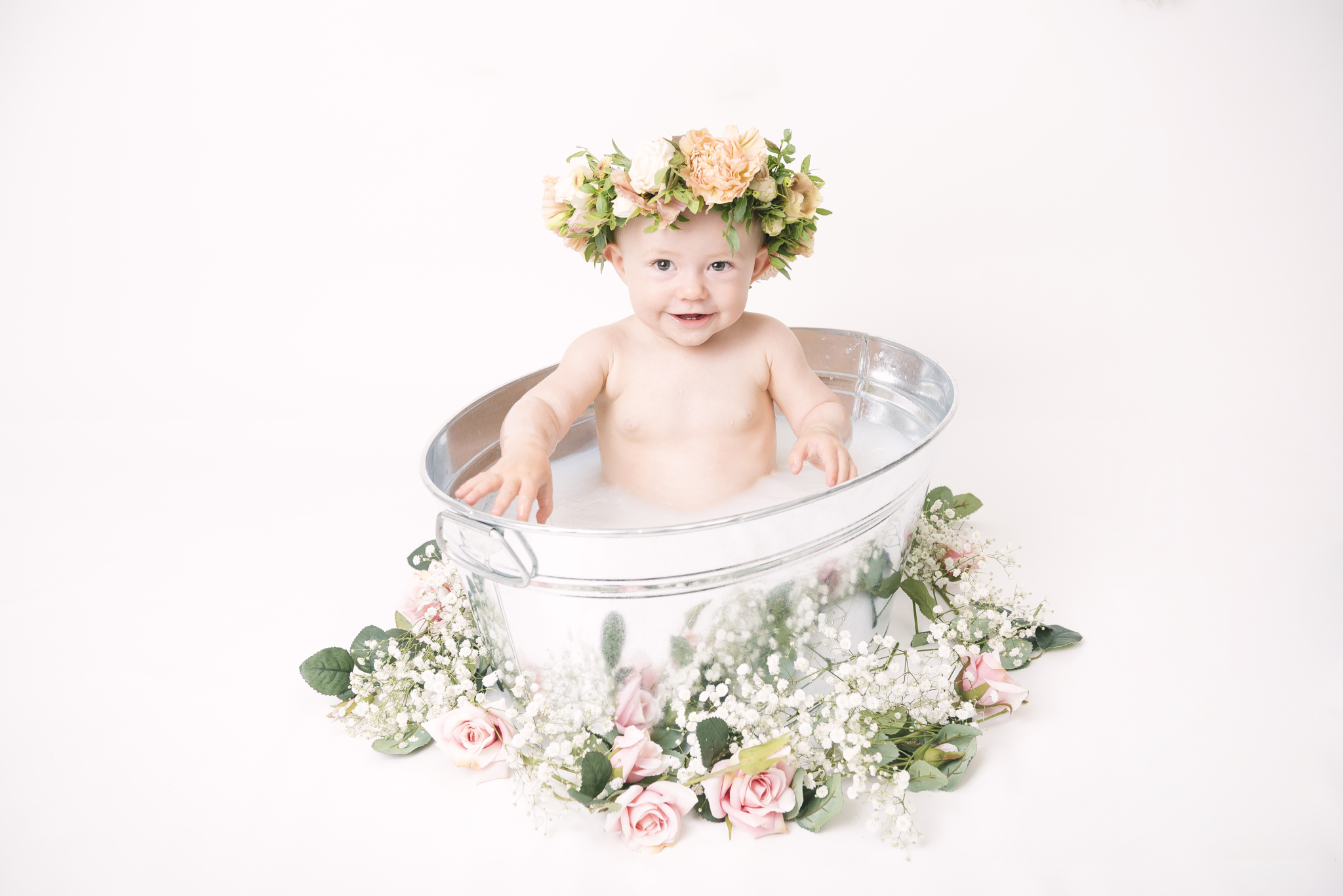 Ettårsfotografering med mjölkbad och blomsterkrans