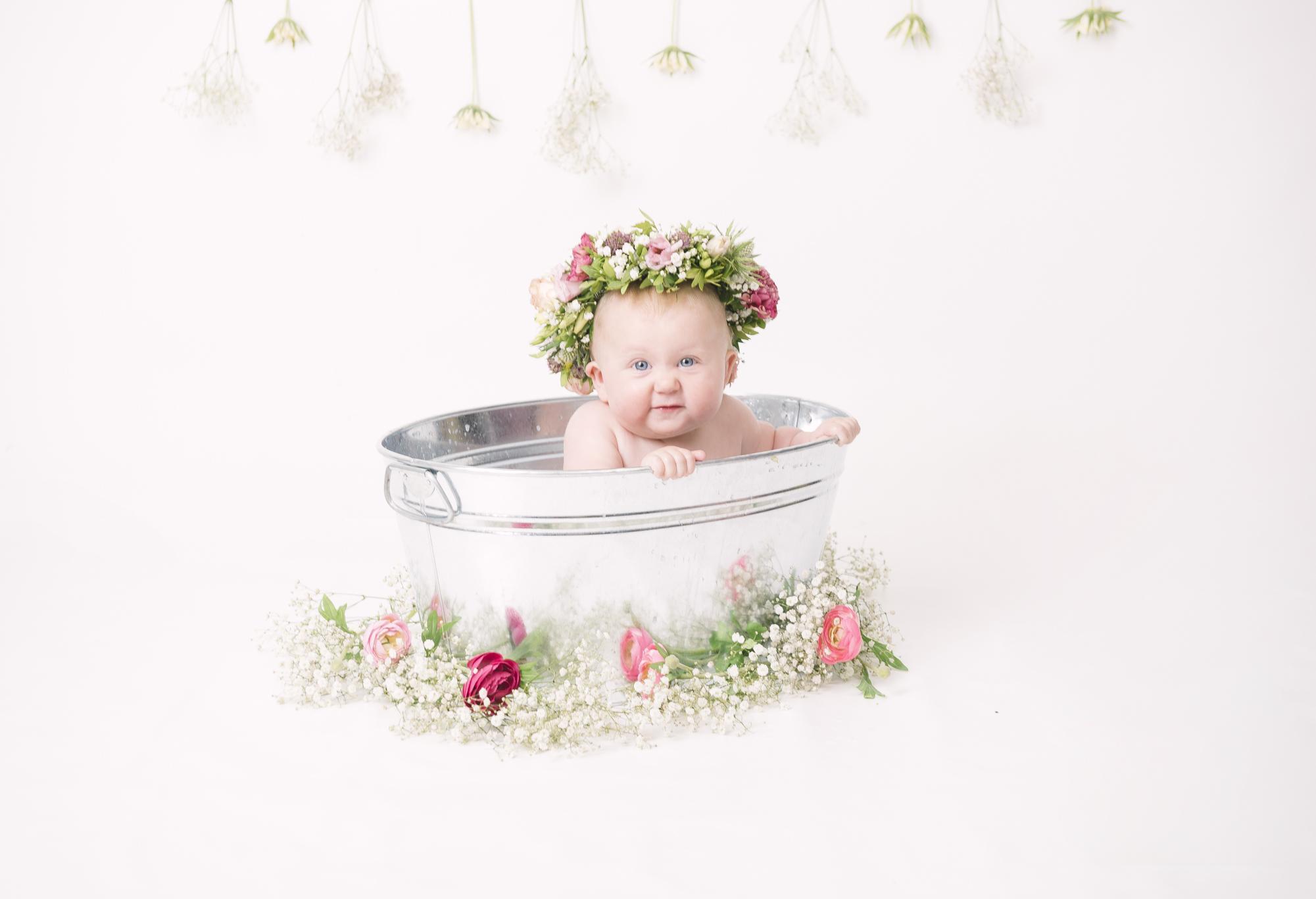 Mjölkbadsfotografering med blomsterkrans